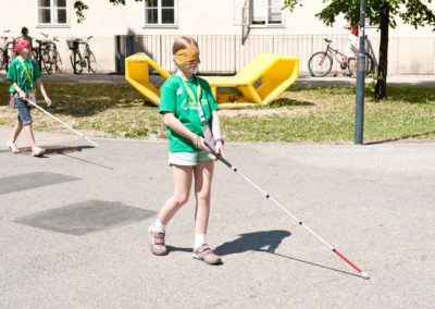 Kinder testen Blindenstock in Workshop