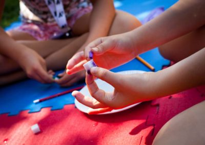 Kinderhände geben Farbe auf Zuckerwürfel