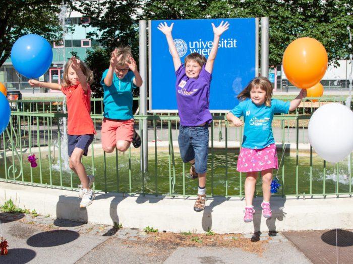 Kinder springen vor Freude
